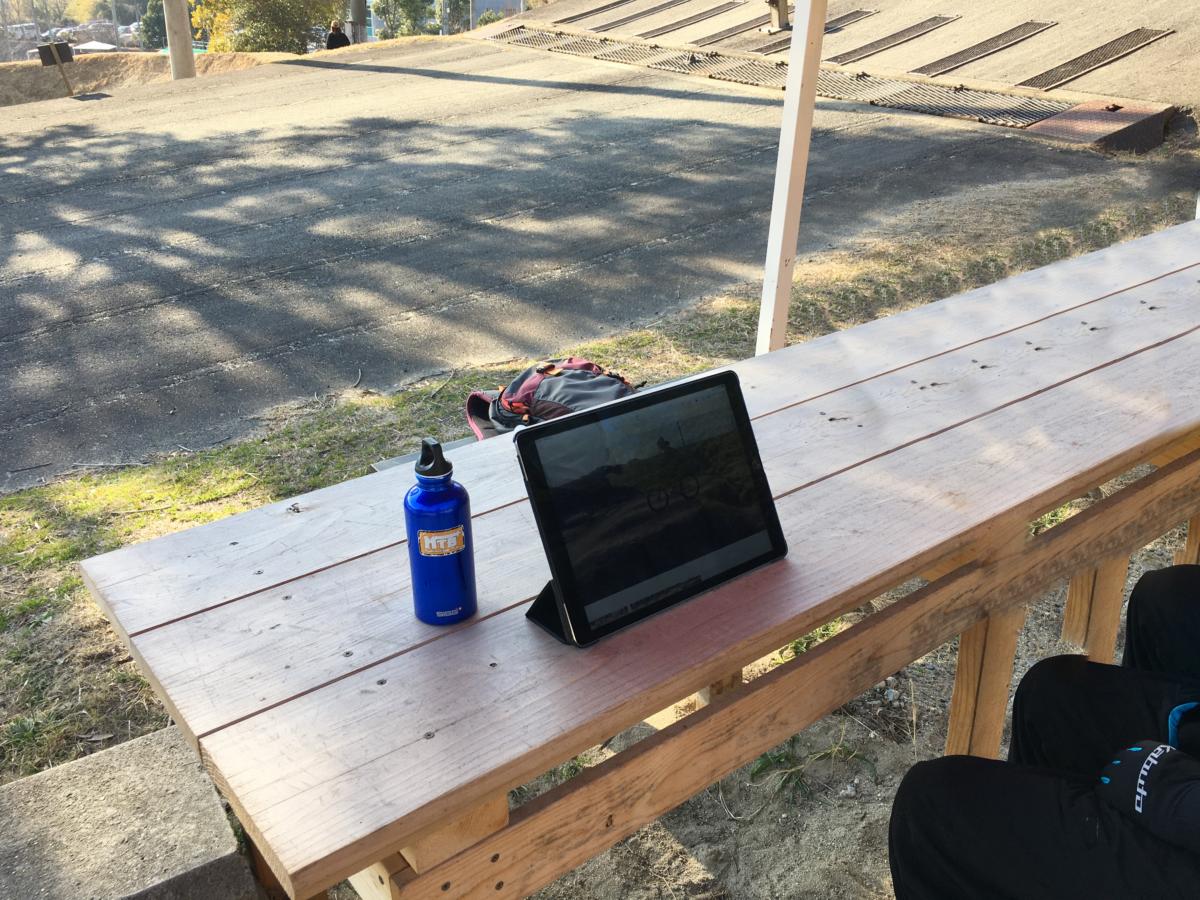 iPadを使い動画でのチェックで、自分のライディングを客観視できる。