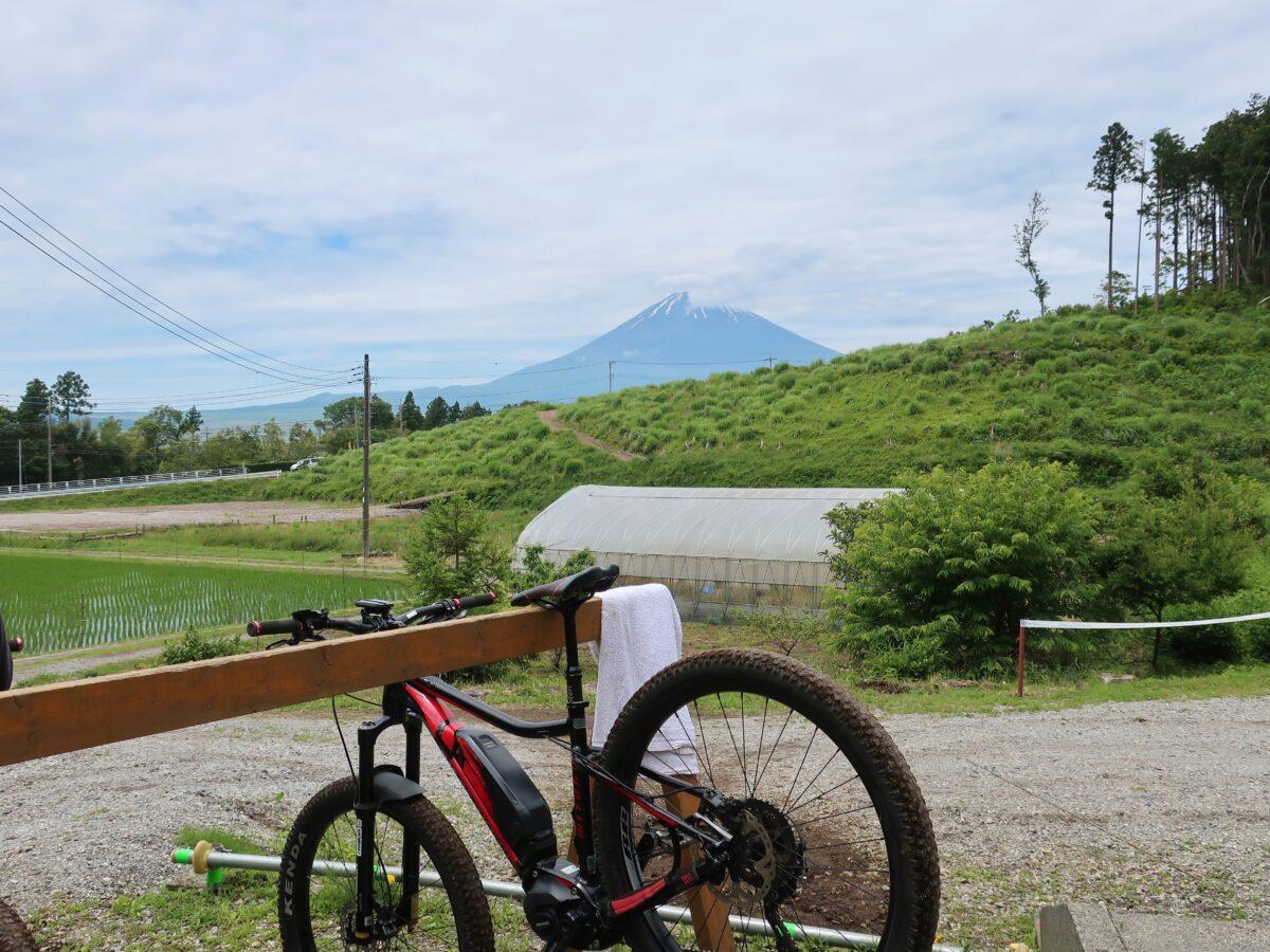 富士山をバックに電動アシストマウンテンバイク(e-MTB)